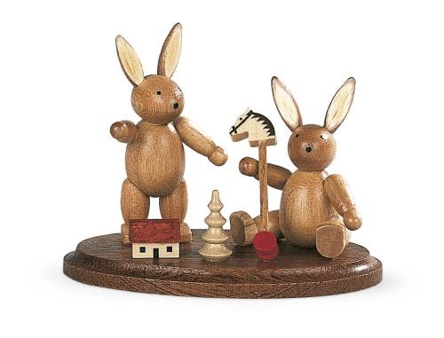 Zwei spielende Hasenkinder