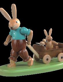 Hasenvater mit Kind auf Bollerwagen